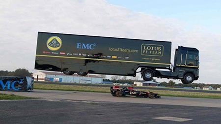 Многоосный тягач Renault установил мировой рекорд по прыжкам в длину