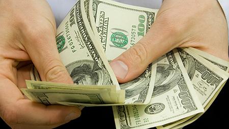 Белорусы, работающие в России, стали меньше высылать денег на Родину