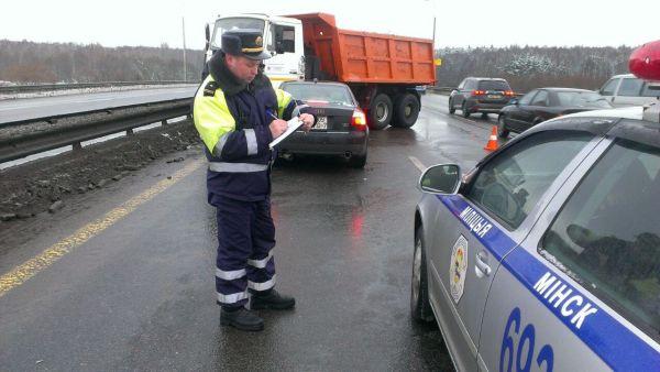 Лихач на БМВ спровоцировал аварию на МКАД с участием грузового МАЗа