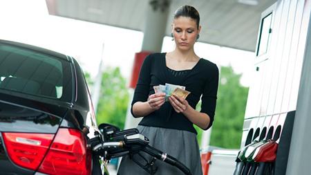 «Белнефтехим» объяснил, почему цена на нефть снижается, а на бензин - нет (Инфографика)
