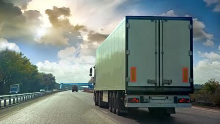Петербургские дальнобойщики доказали, что требования по весовому контролю машин невыполнимы