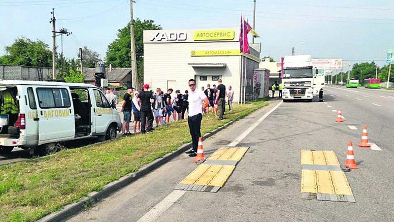 Неизвестные блокируют взвешивание фур под Харьковом