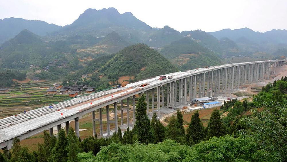 В Китае завершилось строительство самого высокого моста в мире