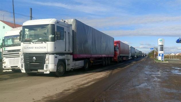 В Закарпатье на границе с Румынией стоят многокилометровые очереди из российских фур