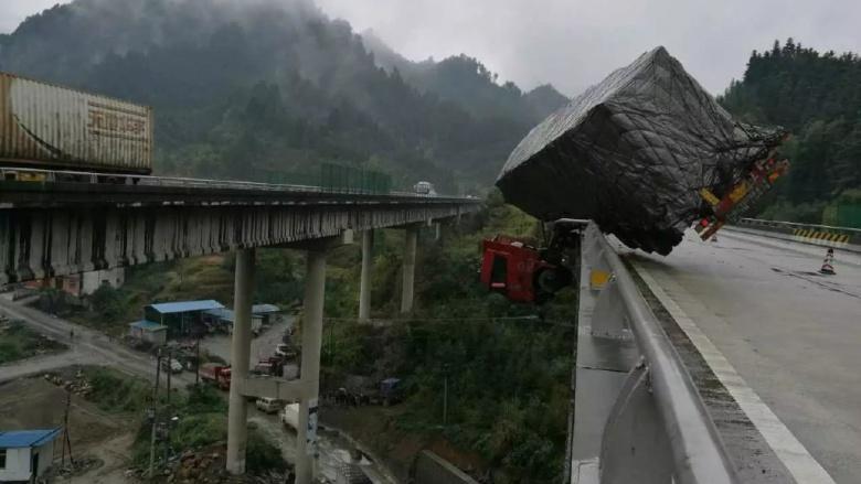 В Китае 30-тонный грузовик завис на мосту над пропасть
