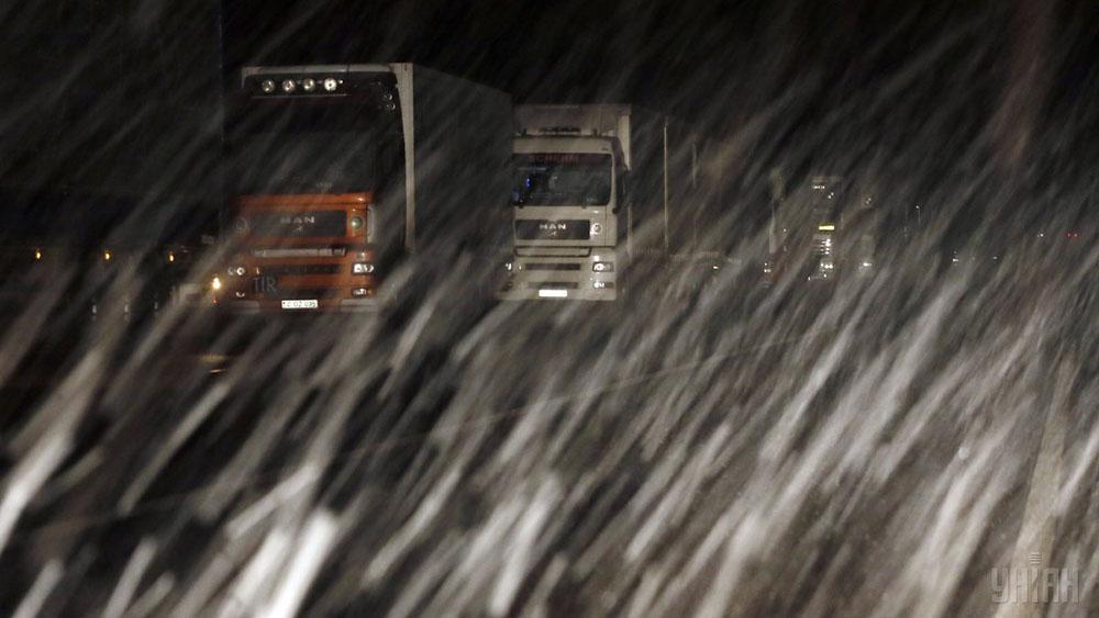На западе Украины из-за непогоды ограничили движение грузового транспорта