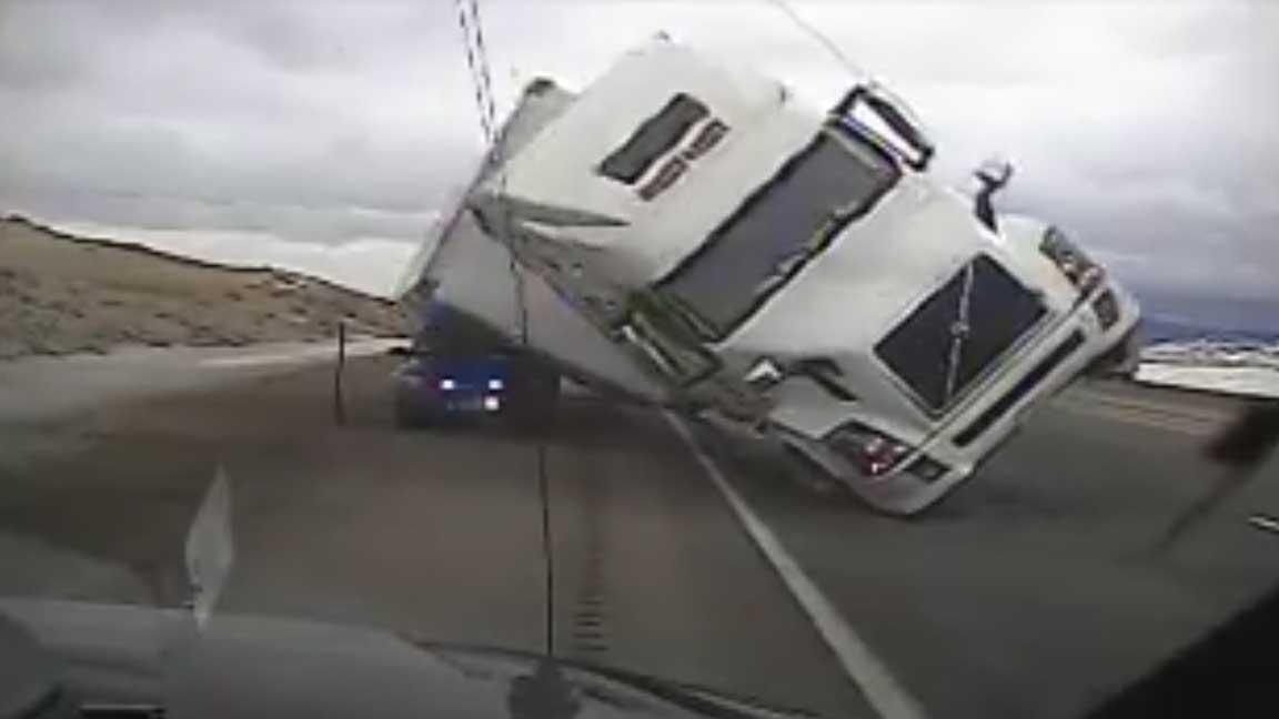 На трассе в США фуру сдуло ветром, она раздавила полицейский автомобиль
