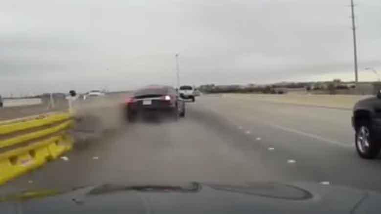 Видеофакт: в США Tesla с автопилотом не заметила строительное ограждение на трассе