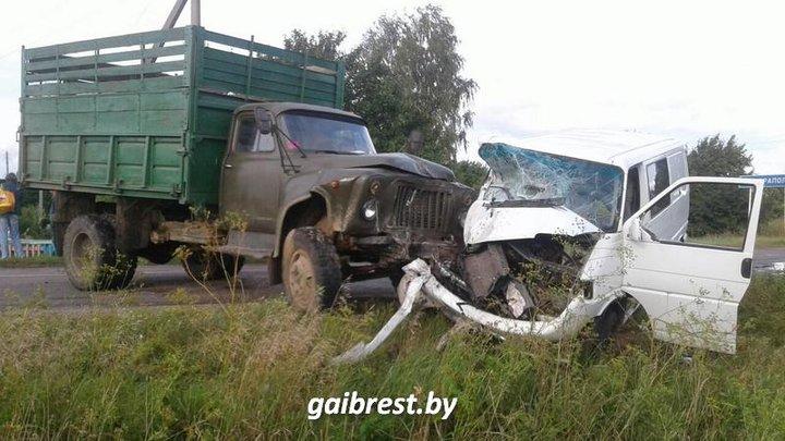 Под Барановичами лоб в лоб столкнулись VW Transporter и ЗИЛ: пассажир микроавтобуса в реанимации