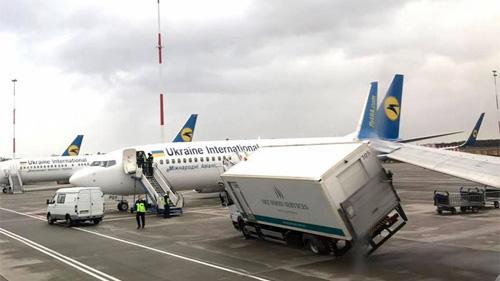 Самолет МАУ столкнулся с грузовиком в Борисполе
