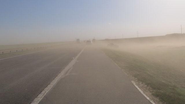 Из-за песчаной бури наМ1столкнулась фура илегковушка: один человек погиб
