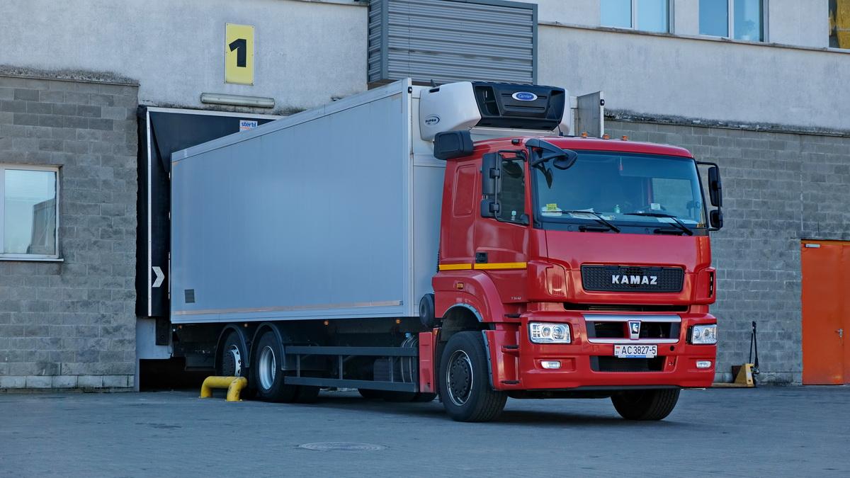 Машина не глушится месяцами, а иностранцы делают фото. Как в Беларуси работают грузовики КАМАЗ