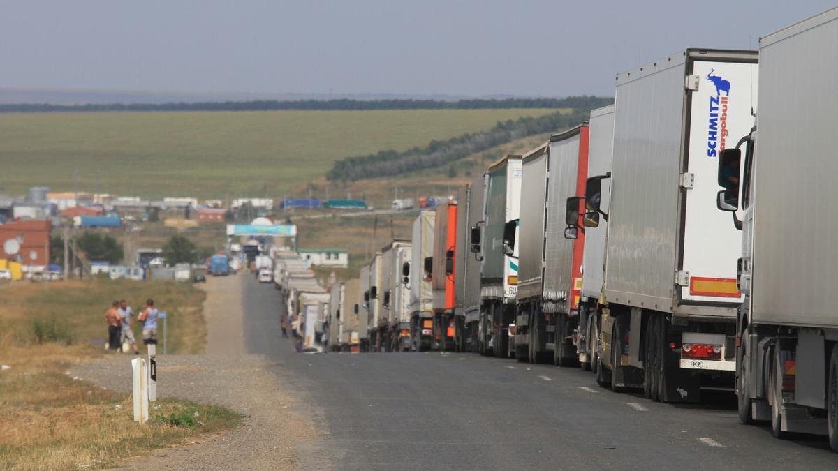 Очереди на границе: россияне едут в Казахстан за дешевым топливом