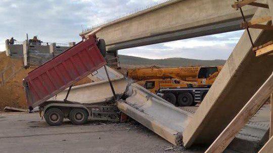 Грузовик субподрядчика обрушил мост в Крыму