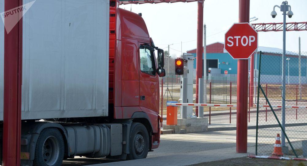 Транзитных перевозчиков на территории Беларуси будут отслеживать с помощью пломб