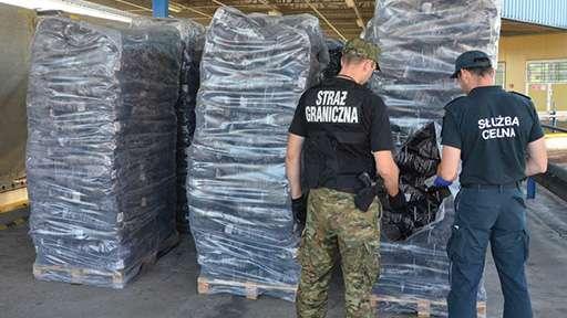 Крупная партия контрабандных сигарет была обнаружена в фуре у белорусского дальнобойщика