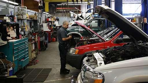 В РФ ввели запрет на ремонт машин с помощью б/у запчастей