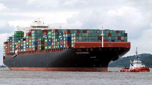 Контейнерное судно HMM Rotterdam в речпорте Нидерландов