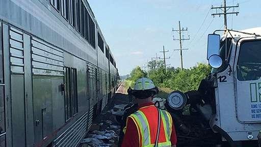 В Америке произошло столкновение грузовика и поезда