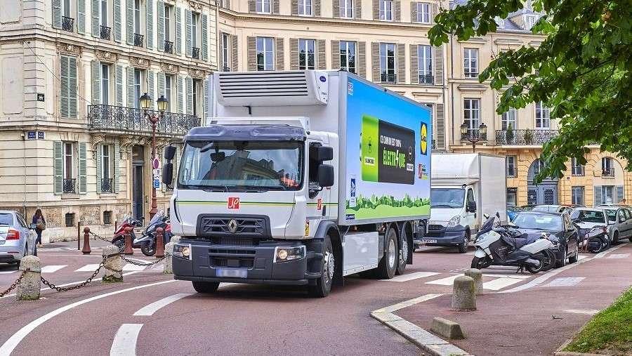 Renault Trucks добавила в ряды свои электрических грузовиков на батарейках новое 19-тонное шасси
